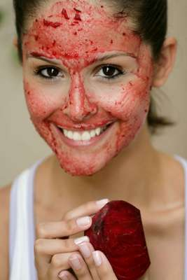 Indicada para manter a pele livre dos vincos, máscara caseira de beterraba combate o envelhecimento precoce