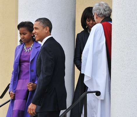 Michelle Obama sorprendió con su elegante abrigo y un traje del diseñador Tom Browne de color azul oscuro. La primera Dama también estrenó look con el flequillo que se hizo para su cumpleaños la semana pasada.