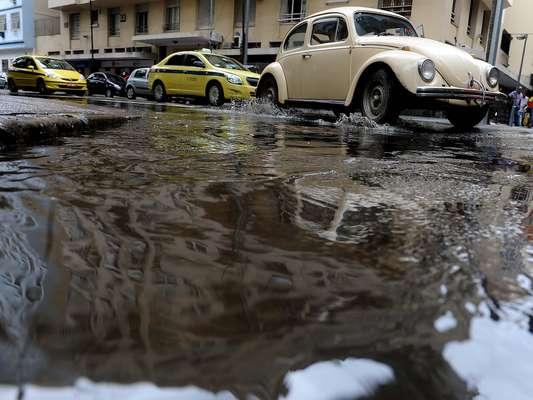 Forte chuva no Rio de Janeiro causa transtornos no trânsito