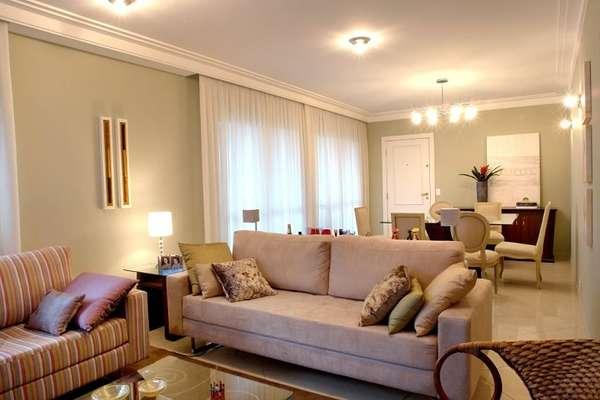 sala de jantar e sala de tv cores claras predominam no projeto