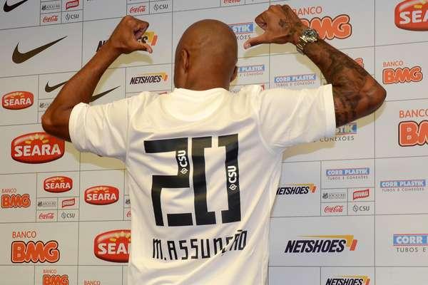 Volante Marcos Assunção exibe camisa que será usada no retorno ao Santos