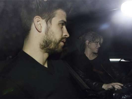 Shakira and Gerard Piqué arrived at the Teknon clinic in Barcelona in the afternoon. The press was waiting for their arrival to get a glimpse of the couple.