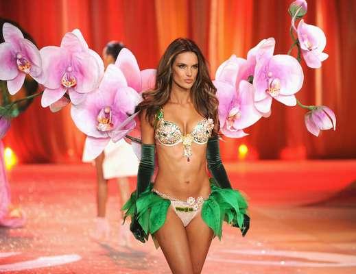 Durante el Victoria's Secret Fashion Show 2012, Alessandra Ambrosio fue la encargada de lucir el Fantasy Bra, un sostén hecho a la medida y recamado de piedras preciosas.