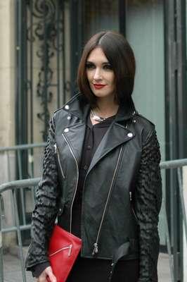 A atriz Paz Vega prestigiou o desfile da grife de Jean Paul Gaultier nesta quarta-feira (23)