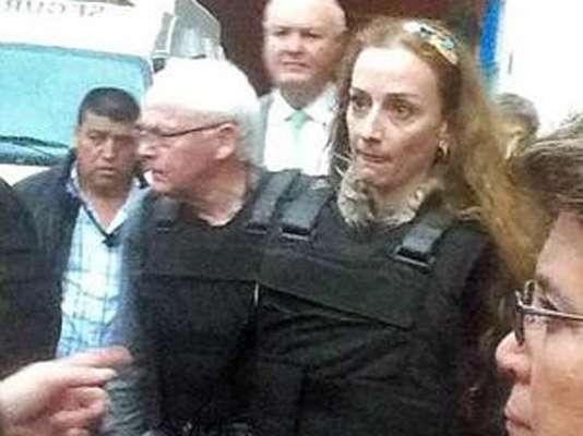 Momentos previos de la salida de Florence Cassez, del Centro Femenil de Adaptación Social de Tepepan, luego de que la Suprema Corte de Justicia de la Nación (SCJN) aprobara la liberación inmediata de la francesa acusada de secuestro. Cassez, quien usaba un chaleco antibalas, abordó una camioneta color guinda acompañada de su padre y el Cónsul de Francia.