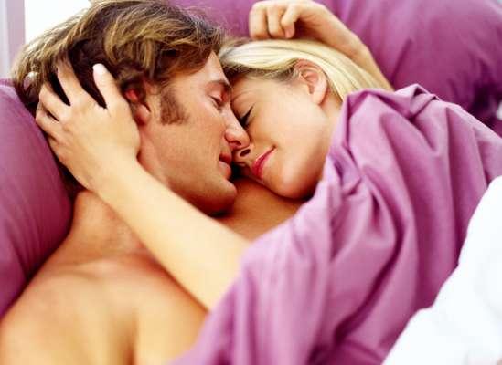 """Abrazarse y quedarse """"empiernados"""" después de haber tenido relaciones sexuales es una de las actividades que las mujeres más disfrutan, pero ¿qué hay de los hombres?"""