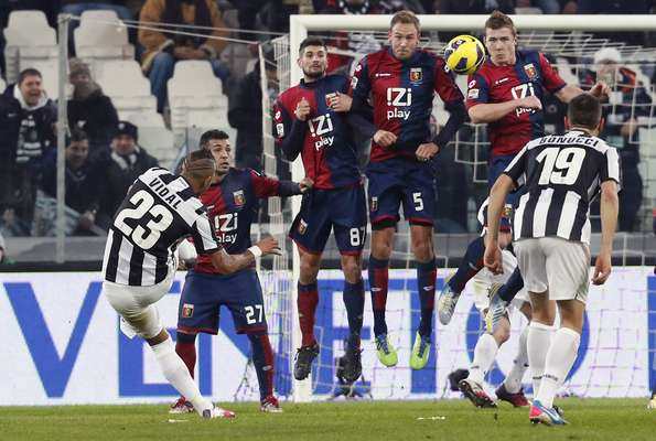 Juventus Arturo Vidal (L) shoot a free kick against Genoa during their Serie A soccer match at Juventus stadium in Turin on January 26, 2013. REUTERS/Stefano Rellandini