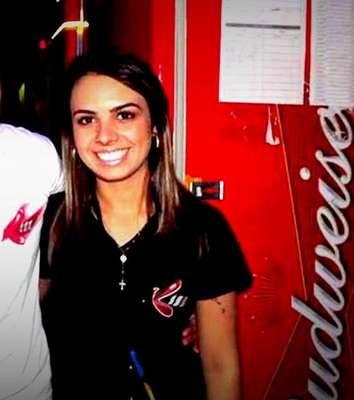 Michele - com a camisa da Boate Kiss, onde chegou a trabalhar -, pediu ajuda pelo Facebook antes de morrer no incêndio