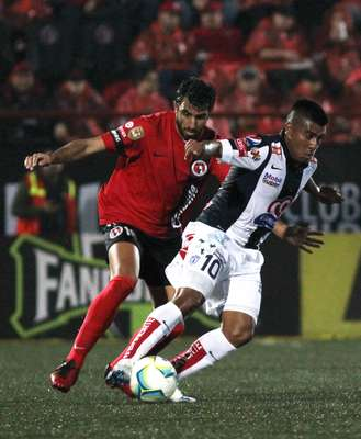Daniel Ludueña struggles to get into the danger area with close marking by Cristian Pellerano.