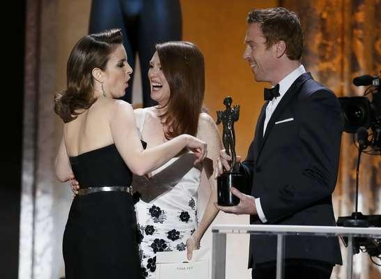 """Tina Fey gana como mejor actiz de comedia por """"30 Rock"""" y recibe su premio de manos de Julianne Moore y Damien Lewis"""