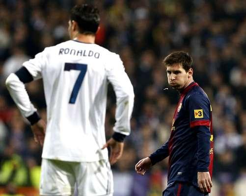 CUARTA SEMANA: Cruzando miradas. El delantero argentino del FC Barcelona Leo Messi pasa junto al portugués Cristiano Ronaldo, del Real Madrid, durante el partido de ida de las semifinales de la Copa del Rey, el 30 de enero, en el estadio Santiago Bernabéu, en Madrid.
