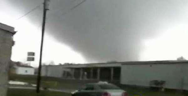 Un inclemente clima azotó el centro y sureste de Estados Unidos el miércoles, con tornados que afectaron Misisipi, Indiana y Tennessee, matando al menos dos personas.