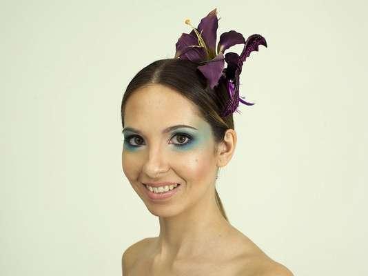 A base das duas maquiagens criadas pelo make up artist Marcelo Marques é a mesma. A primeira produção é mais simples, ideal para quem vai curtir a folia em um bloco, por exemplo, e a segunda é uma opção mais elaborada para quem pretende pular o Carnaval em um baile