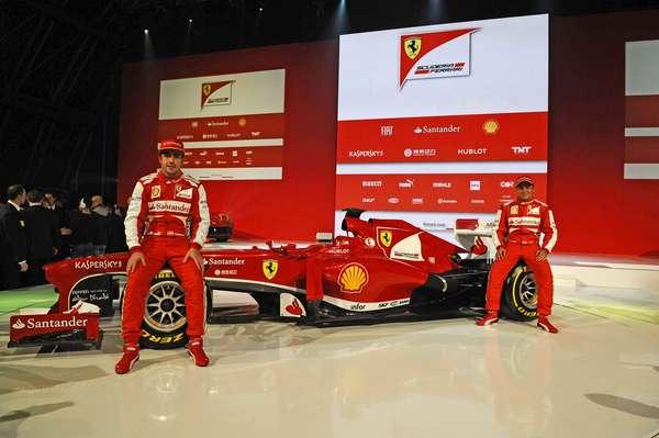 Fernando Alonso e Felipe Massa posam junto ao F138, novo carro da Ferrari, apresentado nesta sexta-feira, em Maranello