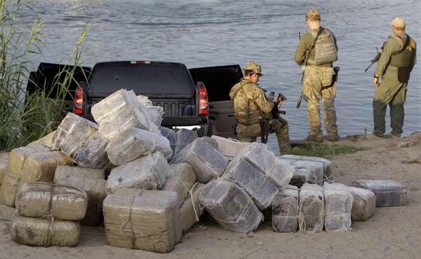 Los cárteles mexicanos están recurriendo cada vez más a sobornar a los agentes fronterizos estadounidenses y han tratado de infiltrarse en las corporaciones policiales para eliminar obstáculos a sus contrabandos, reveló un reporte oficial.