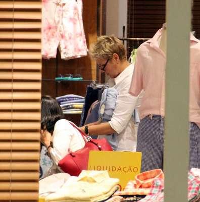Xuxa Meneghel foi fotografada nessa sexta-feira (1) passeando em um shopping do Rio de Janeiro. Ela olhou muitas roupas masculinas em uma loja e parou para conversar com fãs. A apresentadora usou sua página oficial no Facebook recentemente para agradecer o carinho dos fãs após ser divulgado que ela está namorando o ator Junno Andrade