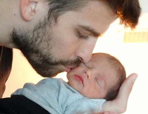 """Piqué y Shakira presentaron la primer foto de su hijo MIlan a través de la página de internet de UNICEF. La colombiana escribió en sus redes sociales: """"Visita la página unicef babyshower para ver la primera foto de mis dos ángeles y ayudar a niños desfavorecidos. Shak"""". Milan nació el pasado 22 de Enero."""