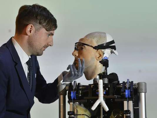 A group of British robotics designers eaded by Rich Walker, affirm that their creation is the first complete bionic man and that it will exhibited in the Science Museum in London.