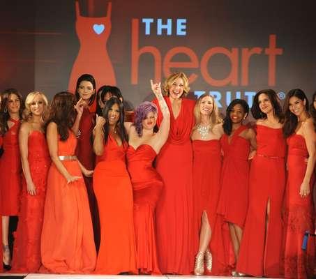 """La semana de la moda en Nueva York se inauguró con trajes rojos que dominaron la pasarela. En apoyo a la salud del corazón de las mujeres, famosas como Kylie Jenner, Gabrielle Douglas y Kelly Osbourne asistieron al desfile """"The Heart Truths Red Dress Collection"""", que se celebró el miércoles (6). La iniciativa fue patrocinada por el Instituto Nacional de la Salud."""