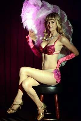 La polémica sobrina política de Camila Parker Bowles, esposa del Príncipe Carlos de Inglaterra, se convirtió en una sugerente bailarina de burlesque por una noche, esta vez con fines benéficos.