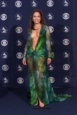 La organización de los premios Grammy pidió que para su edición 2013 las celebridades se vistieran más recatadas y se olvidarán de los vestidos atrevidos, por ello, hacemos un recuento de las cantantes que han lucido provocativas en la gala musical. Jennifer Lopez llamó la atención en 2000 con el superescote que usó en la celebración.