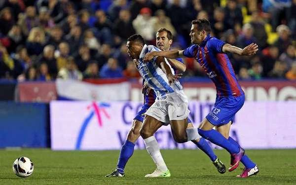 Los jugadores del Levante intentando frenar a Baptista, la Bestia.