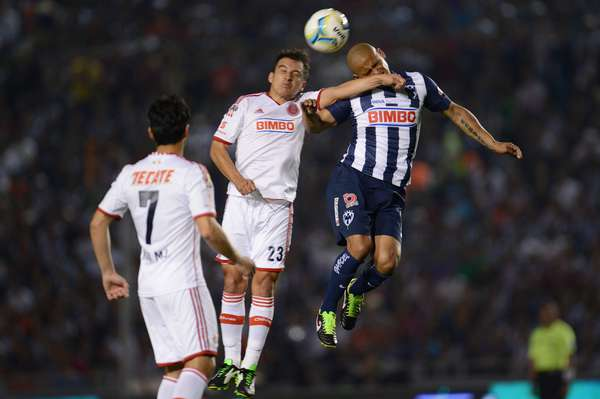 Luis Pérez fights for the ball with his former teammate Humberto Suazo.