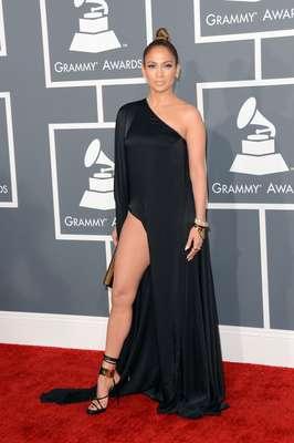 La cantante Jennifer López, su exuberante belleza latina y su pierna al aire se robaron la noche sin lugar a dudas, en la alfombra roja de los Grammy Awards 2013, realizados en el Staples Center de Los Ángeles, el 10 de febrero.
