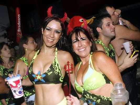 Famoso por levar belas mulheres às ruas, Asa de Águia voltou ao circuito Barra-Ondina nesta terça-feira (12) para comandar o bloco Me Abraça no Carnaval de Salvador