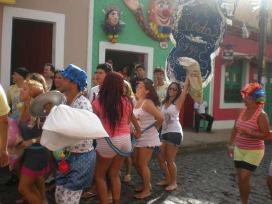 Foliões vestidos com pijamas, usando travesseiros e toucas de dormir curtem bloco A Corda, em Olinda