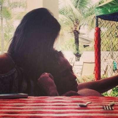 Após assumir o namoro com o atacante Neymar no Carnaval, a atriz Bruna Marquezine postou uma foto abraçada ao jogador em seu perfil no Instagram