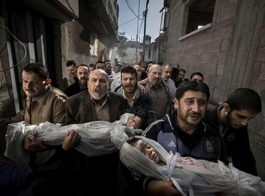 La foto considerada imagen del año para el certamen World Press Photo . En la fotografía familiares y vecinos acuden a la mezquita con el cadavér de dos niños de dos y tres años que acaban de morir en un ataque israelí en Gaza