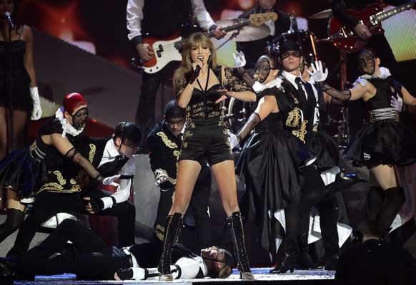 Taylor Swift prendió el ambiente en la gala de los Brit Awards 2013, llevados a cabo en Londres, al brindar una atrevida y electrizante presentación usando para ello un vestido que dejó admirar lo mejor de sus atributos físicos.