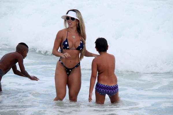 Musa da Unidos de Vila Isabel, Andrea de Andrade foi à praia da Barra da Tijuca, no Rio de Janeiro, neste sábado (23), na companhia do filho, Rinaldo