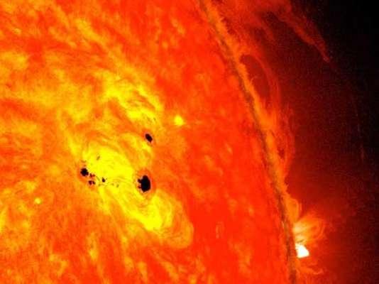 La NASA alertó sobre una enorme mancha solar, capaz de albergar seis planetas como la Tierra. Según indicó la agencia, esta mancha podría desencadenar erupciones solares en los próximos días. La preocupación viene porque la mancha conocida como AR1654, se encuentra activa y apuntando hacia la Tierra, según informó en su sitio web el diario catalán La Vanguardia.