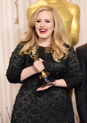 """La carrera de la cantante británica Adele sigue creciendo como la espuma y ahora se hace notar hasta en el séptimo arte, al obtener el primer Oscar de su carrera por la mejor canción original en la película """"Skyfall""""."""