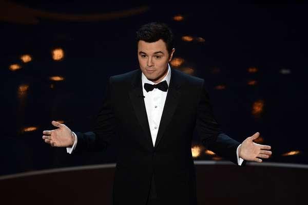 Seth MacFarlane fue el presentador de la noche. Muchos esperaban frases y declaraciones comprometedoras, pero más allá de un par de chistes fuertes, el escritor y director dejó una buena impresión y un canto a los senos de las famosas: Vimos tus senos, cantó MacFarlane en la apertura de los Premios de la Academia.