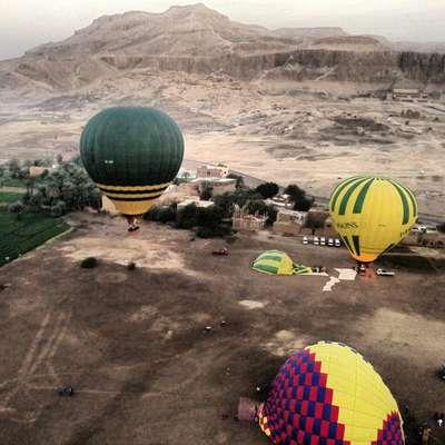 Un globo aerostático que volaba sobre la famosa ciudad antigua egipcia de Luxor se incendió este martes y cayó en un cultivo de caña de azúcar, causando la muerte de al menos 18 turistas extranjeros, informó un funcionario de seguridad.