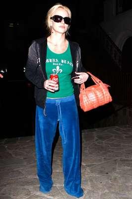Look 1: Gafas de sol, pantalón de algodón azul y bote de Coca-Cola junto a bolso naranja.