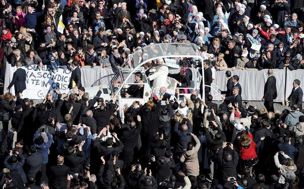 """Aclamado por una muchedumbre, el papa Benedicto XVI ingresó este miércoles a bordo de su papamóvil a la Plaza de San Pedro para presidir la última audiencia pública de su pontificado a la que asisten miles de fieles de todo el mundo. Benedicto XVI pidió, hablando en español, que recen por él y por los cardenales, """"llamados -dijo- a la delicada tarea de elegir a un nuevo Sucesor en la Cátedra del apóstol Pedro"""".El pontífice, en su última audiencia pública, también agradeció, siempre hablando en español, el """"respeto y la comprensión"""" con la que ha sido acogida su decisión de renunciar al papado y reiteró que la ha tomado """"con plena libertad""""."""