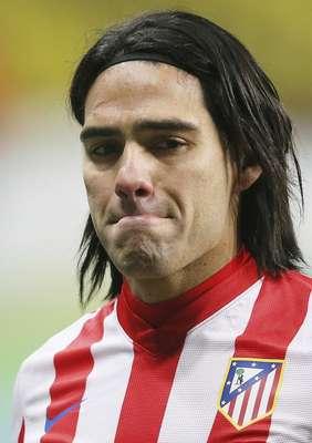 CUARTA SEMANA: El dolor de la derrota. El colombiano Radamel Falcao, delantero del Atlético de Madrid, se lamenta por la eliminación de su equipo después del partido de ida de diecisaisavos de final de la Liga de Europa ante Rubin Kazan en el estadio Luzhniki de Moscú, Rusia, el 21 de febrero.