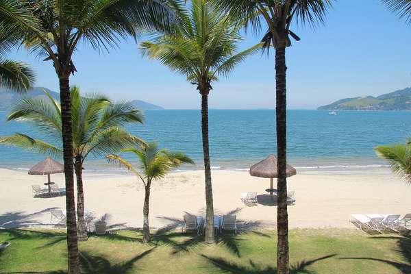 Mangaratiba, RJ: a cerca de 90 km do Rio de Janeiro, Mangaratiba é uma pequena enseada com uma boa infraestrutura turística para visitar as belezas da região. Mangaratiba tem praias como Muriqui, Praia Grande e Ibicuí, com águas claras e areias rodeadas de vegetação nativa.
