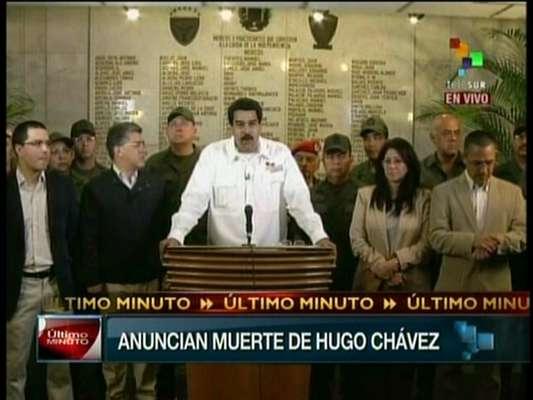 5 de março - Vice-presidente venezuelano, Nicolás Maduro, anuncia a morte de Hugo Chávez em cadeia de televisão