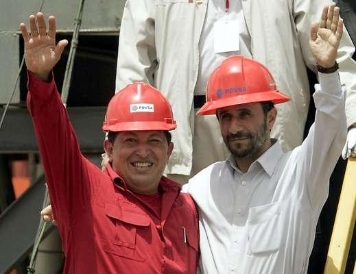 Hugo Chávez falleció este 5 de marzo de 2013. Cuando ganó las elecciones el pasado mes de octubre no imaginó que no podría asumir. Pero, ¿cuán activa fue la vida política de Hugo Chavez? A continuación un recuento por algunas de sus apariciones. En esta fotografía der archivo del 18 de septiembre de 2006, se ve al presidente venezolano Hugo Chávez, izquierda, y al presidente iraní Mamud Ahmadinejad, mientras saludan ante la prensa durante la inauguración de la perforación petrolera de San Tomé, Venezuela.