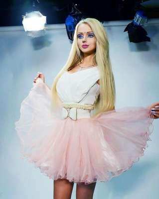 Valeria Lukyanova más conocida como la Barbie humana, por su parecido y características similares a la de la mítica muñeca, ha transformado su cuerpo en lo que se le ha convertido en una obsesión sin límites.