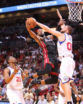 LeBron James anotó 25 puntos y recuperó 10 rebotes, Dwyane Wade sumó 22 tantos y el Heat de Miami volvió a ganar 102-93 sobre los 76ers de Filadelfia. El Heat suma 17 triunfos consecutivos.