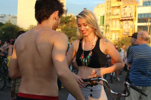 Jovens se preparam para Pedalada Pelada de Porto Alegre. A nudez não foi obrigatória no evento
