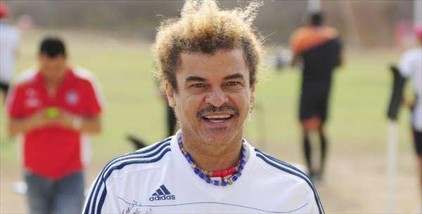 La leyenda viva del fútbol colombiano, Carlos El Pibe Valderrama, causó revuelo en la prensa mundial cuando reveló su supuesto nuevo look, en el que habría cortado su ya icónica y tradicional melena.