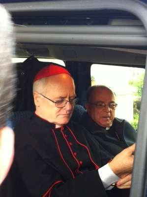 12 de março - Cardeais brasileiros entram em carro com destino ao conclave