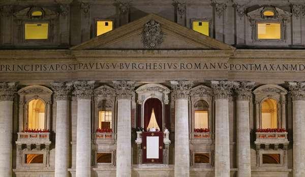 Tras al menos cuatro votaciones, dos fumatas negras, lluvia y oraciones de los fieles católicos, en el segundo día de cónclave los 115 cardenales eligieron al argentino Jorge Mario Bergoglio como el sucesor de Benedicto XVI, convirtiéndose en el papa nº 266. Revive aquí los mejores momentos desde la plaza de San Pedro.